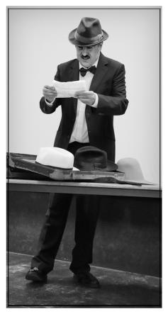 """Pessoa recordando """"El Libro del Dasasosiego"""" en el IES. Príncipe Felipe. Noviembre 2017. Fotografía de José Luis Pérez Fuente retocada."""